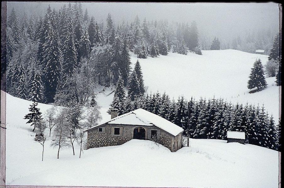 Louis Vuitton nait en 1821 a Anchay, hameau du Jura, en pleine nature montagnarde et forestiere. Dans sa famille, depuis cinq generations, on est menuisier, charpentier, meunier en meme temps que cultivateur. Il n'a que 13 ans lorsque, en 1835, il quitte le moulin familial.Aux confins de la France, dans cette region, l'hiver long et rigoureux oblige a la patience.